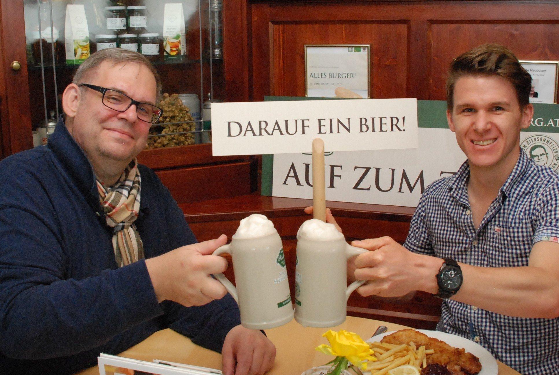 Gastwirt Karl Zuser jun. und der glückliche Gewinner Stephan Knoll stoßen auf den Gewinn an. Darauf ein Bier!