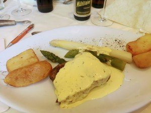 Als Hauptspeise gab's Rinderrücken mit Spargel und Sauce Hollandaise
