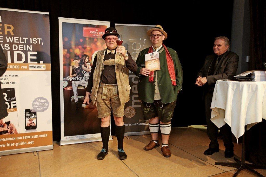 Bierpapst Conrad Seidl lud Montagabend zum Bierfest ins Casino Linz. Es ist schon Tradition, dass bei dieser Leistungsschau der Bierkultur die besten Bierwirte aus dem Listing des jeweils aktuellen Bier Guides ihre Auszeichnungen entgegennehmen.