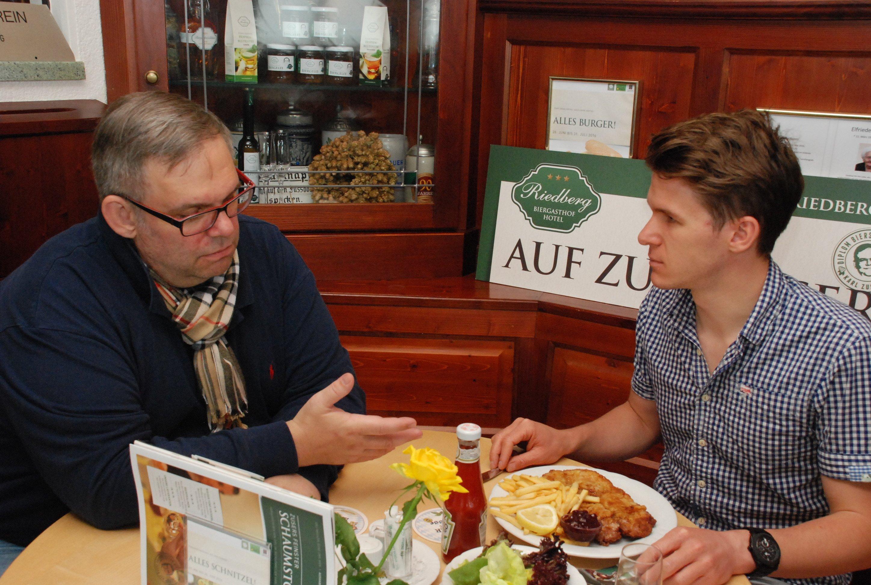 Die beiden im Gespräch beim Essen