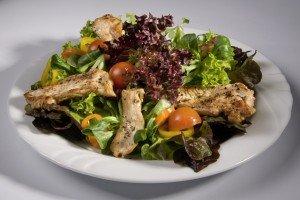 Frische, knackige Blattsalat mit gebratener Truthahnbrust