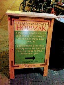 """Tafel als einziger Hinweis auf das Lokal (""""Bierkeller"""")"""