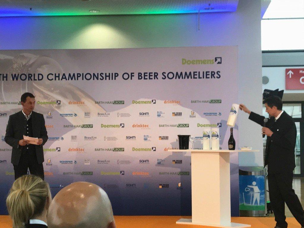 Dr. Michael Zepf präsentiert die Biere fürs Finale